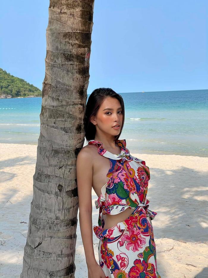 Hoa hậu Tiểu Vy khoe đường cong tỷ lệ vàng với loạt trang phục mặc đi biển Ảnh 1