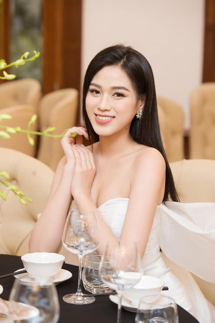 Đỗ Thị Hà khoe layout makeup xinh tươi nhưng dân tình lại bị hút hồn bởi vòng 1 nảy nở quyến rũ Ảnh 4