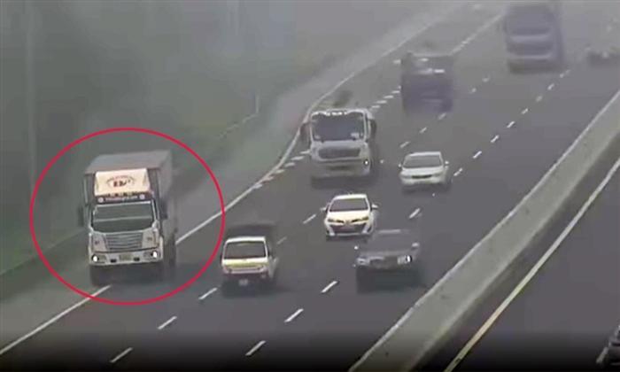 Bất chấp sương mù dày đặc, tài xế xe tải vẫn liều lĩnh đi lùi trên cao tốc Hà Nội - Hải Phòng Ảnh 1