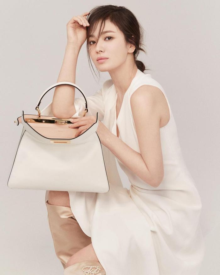 Song Hye Kyo để tóc 'lả lơi', kém sắc sảo trước bạn gái tin đồn của Song Joong Ki! Ảnh 7