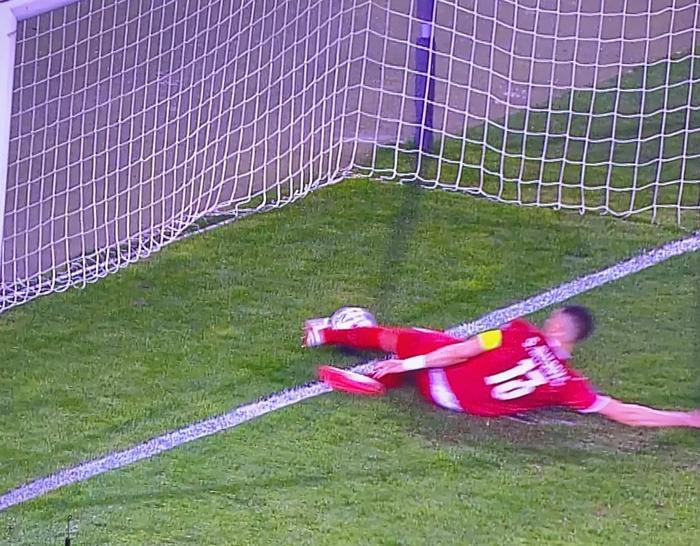 VIDEO: Cận cảnh Ronaldo bị trọng tài 'cướp' bàn thắng hợp lệ Ảnh 1