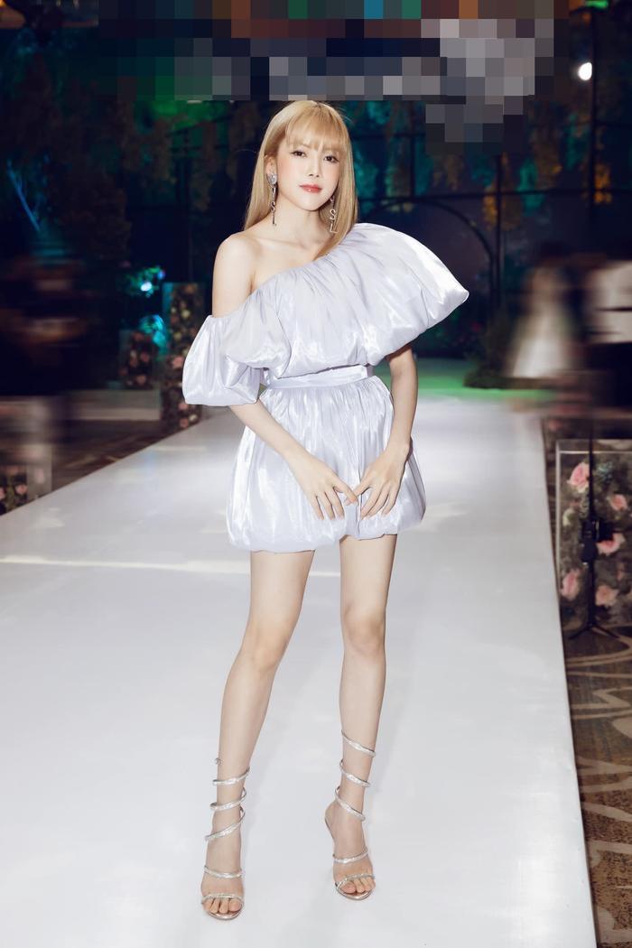 Thiều Bảo Trâm rạng rỡ xinh tươi diện váy lệch vai khoe chân thon nuột nà Ảnh 3