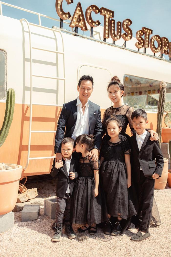 Lý Hải - Minh Hà mừng sinh nhật thứ 36 của 'nóc nhà', nhưng trang phục hình như hơi trầm Ảnh 2