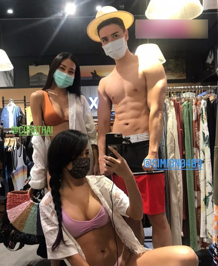 Hai cô gái mặc bikini dắt theo chàng trai cơ bắp đi mua sắm ở trung tâm thương mại Ảnh 2