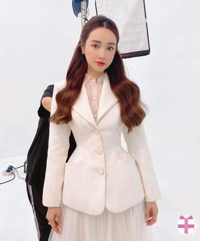 Tuyển tập váy áo tôn vòng eo 'bé siêu thực' của Nhã Phương Ảnh 5