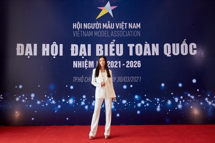 Người đẹp MU Việt Nam 2019 - Lâm Bích Tuyền thần thái ngút ngàn với bộ suit trắng Ảnh 1
