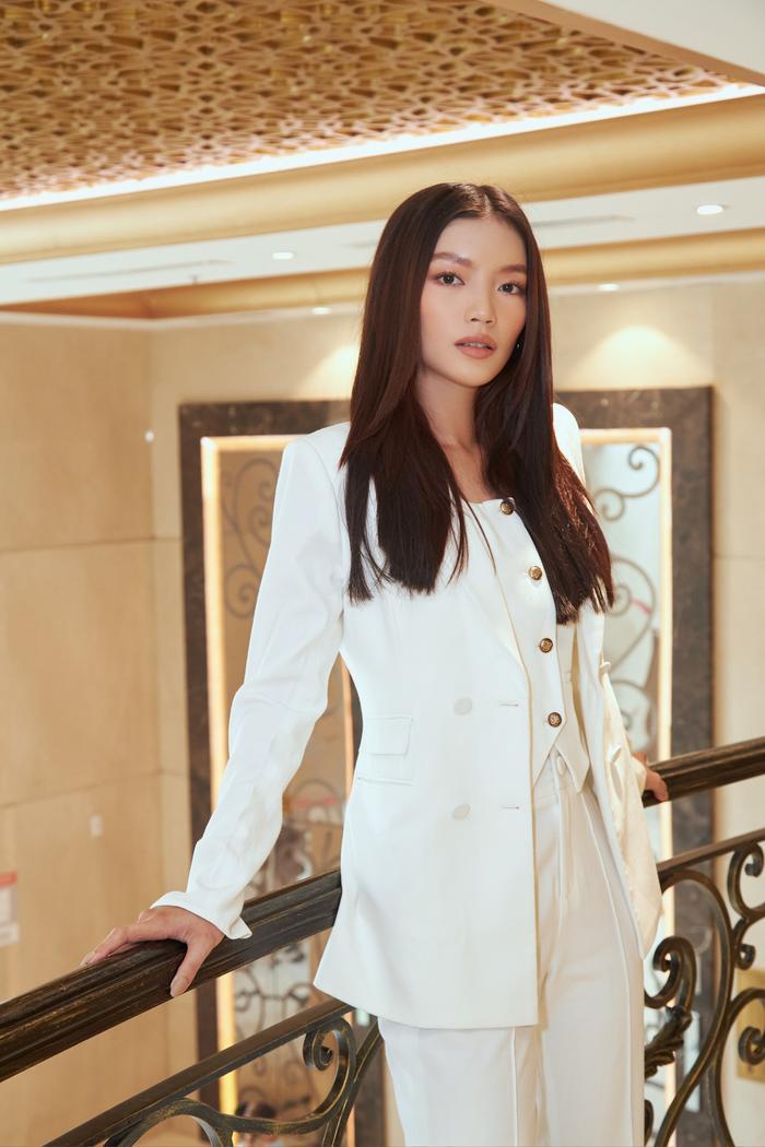 Người đẹp MU Việt Nam 2019 - Lâm Bích Tuyền thần thái ngút ngàn với bộ suit trắng Ảnh 8