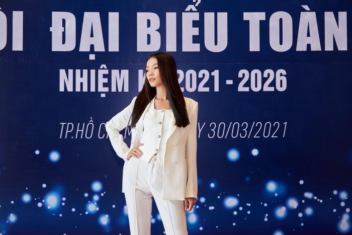 Người đẹp MU Việt Nam 2019 - Lâm Bích Tuyền thần thái ngút ngàn với bộ suit trắng Ảnh 2
