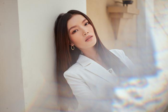 Người đẹp MU Việt Nam 2019 - Lâm Bích Tuyền thần thái ngút ngàn với bộ suit trắng Ảnh 4
