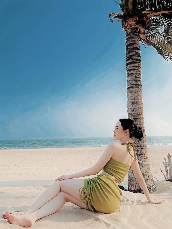 'Bỏng mắt' với loạt hình bikini mùa hè của nàng dâu nhà 'ông trùm' điện tử Sài Gòn