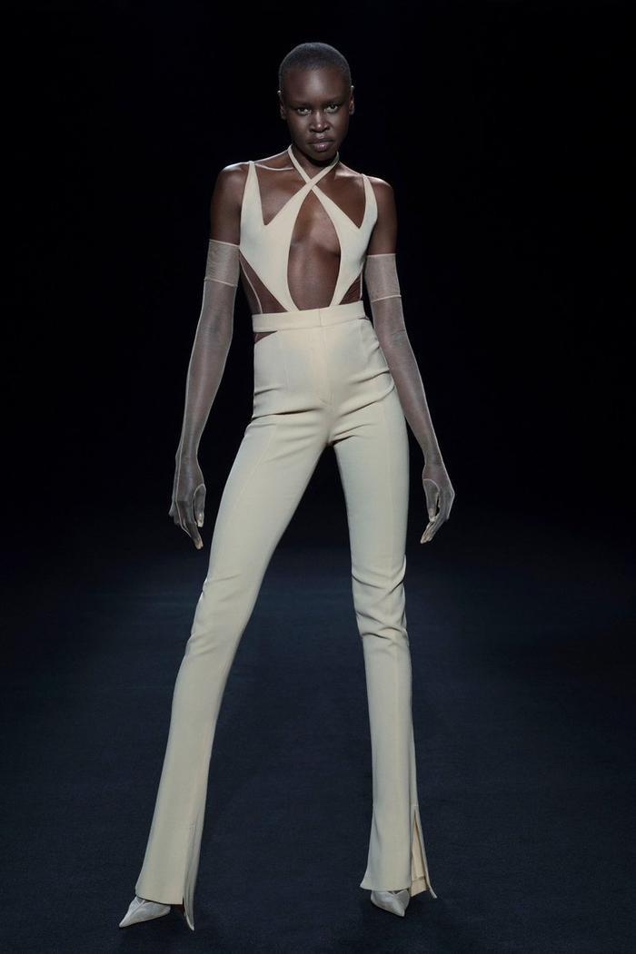 Siêu mẫu Bella Hadid để ngực trần trụi khi trình diễn cho show Mugler Ảnh 8
