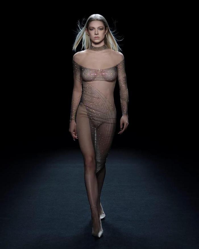 Siêu mẫu Bella Hadid để ngực trần trụi khi trình diễn cho show Mugler Ảnh 6