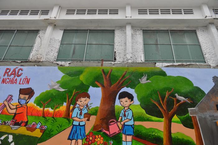 Bức tường phía sau nhà máy Rạng Đông 'lột xác' lung linh sau vụ cháy kinh hoàng Ảnh 9