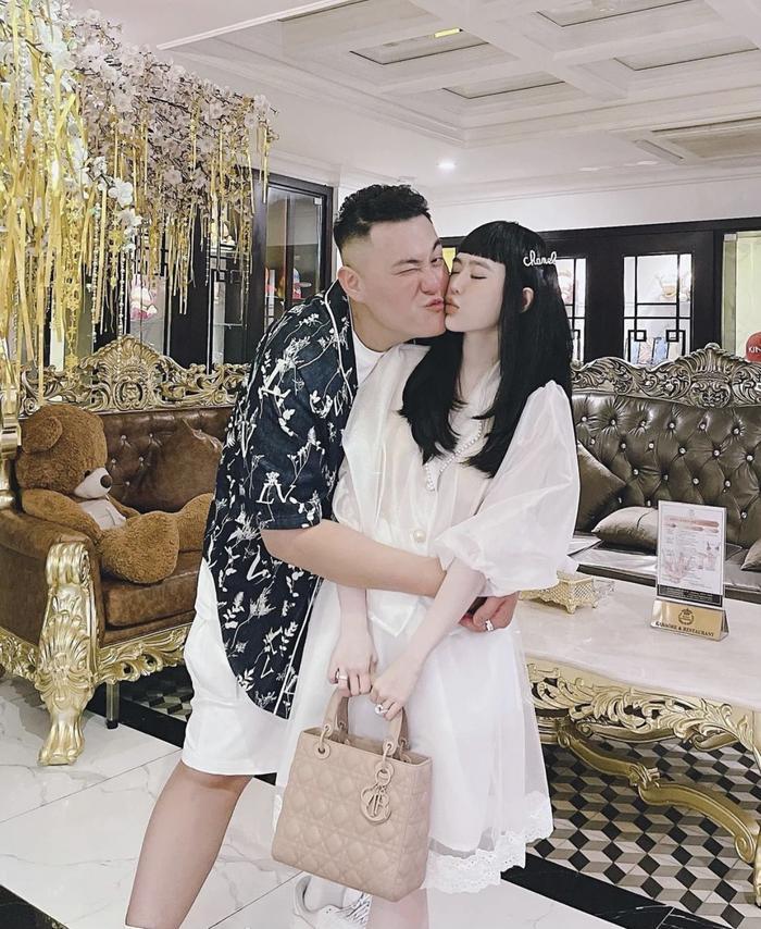 Con dâu 'ông trùm điện tử Sài Gòn' giàu có đến mức bỏ quên túi hiệu hôm trước, hôm sau mới chợt nhớ ra