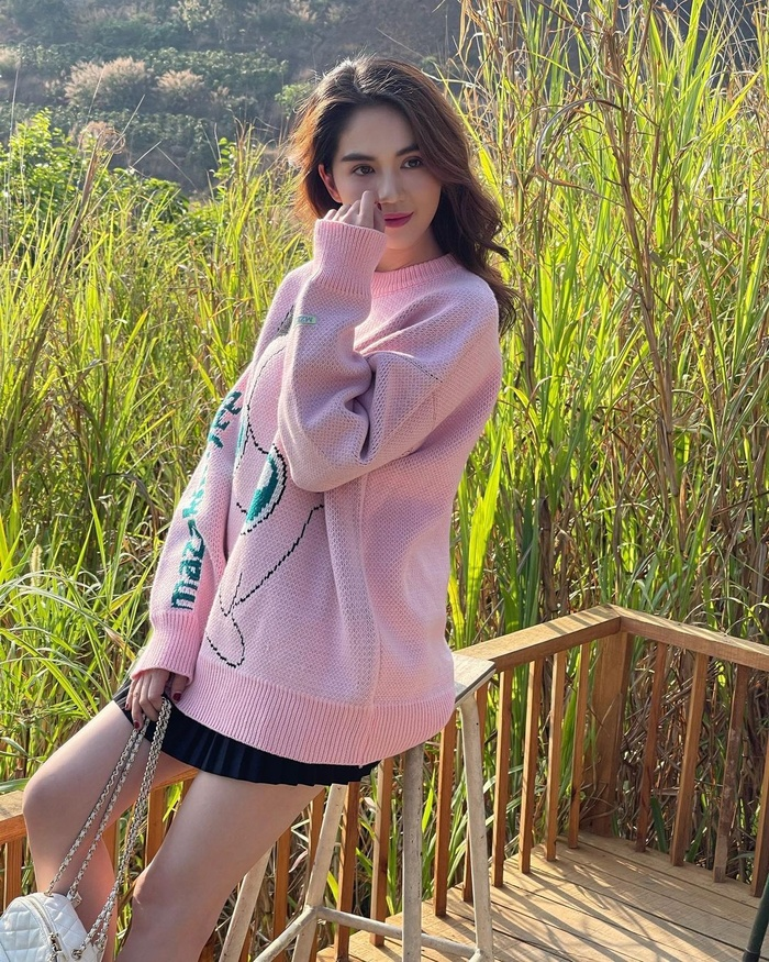Elly Trần khoe nóng 'nghẹt thở' nhưng dân tình chỉ để ý đến đôi chân dài ngoằng phi lý Ảnh 9