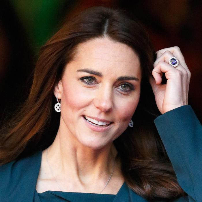 Bí ẩn tủ đồ Hoàng gia: Chuyện chưa kể đằng sau chiếc nhẫn đính hôn của Kate Middleton Ảnh 7