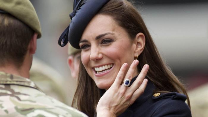 Bí ẩn tủ đồ Hoàng gia: Chuyện chưa kể đằng sau chiếc nhẫn đính hôn của Kate Middleton Ảnh 4