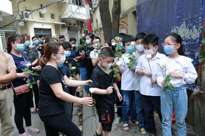 Hàng trăm người chết lặng trong đám tang đẫm nước mắt của gia đình 4 người tử vong thương tâm sau vụ cháy Ảnh 5
