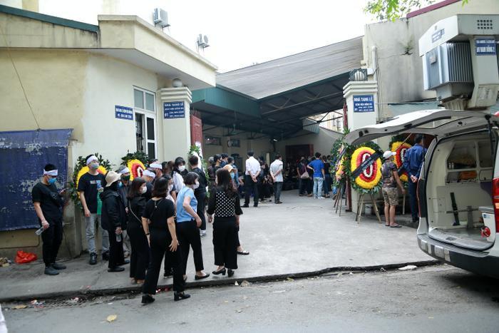 Hàng trăm người chết lặng trong đám tang đẫm nước mắt của gia đình 4 người tử vong thương tâm sau vụ cháy Ảnh 2