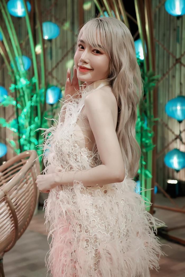 Chiều con gái, Elly Trần từ tóc bạch kim chuyển sang tóc cam giống nàng tiên cá Ảnh 4