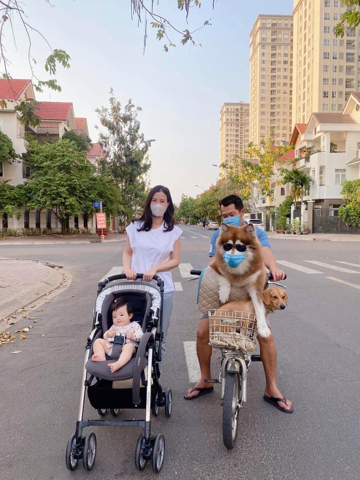 Đông Nhi đưa con gái đi dạo, fan nhắc nhở vì Winnie không đeo khẩu trang, thú cưng hàng xóm không an toàn Ảnh 2