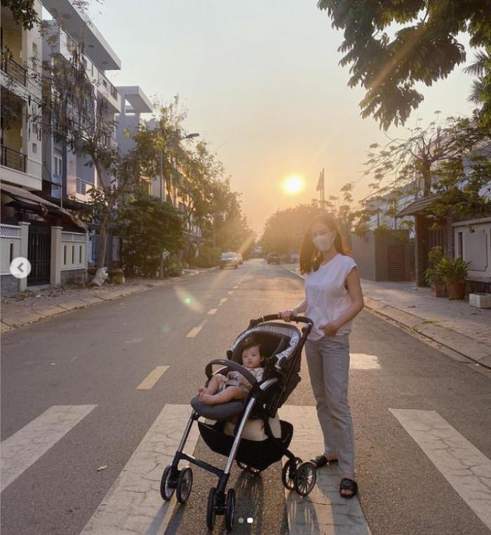 Đông Nhi đưa con gái đi dạo, fan nhắc nhở vì Winnie không đeo khẩu trang, thú cưng hàng xóm không an toàn Ảnh 1