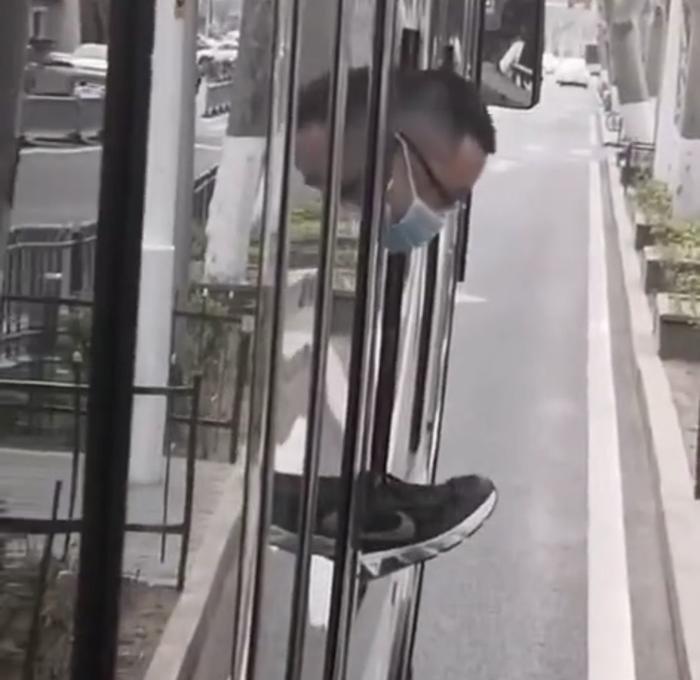 Sàm sỡ gái xinh trên xe buýt rồi tính tẩu thoát qua đường cửa sổ, gã yêu râu xanh nhận cái kết không ngờ