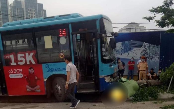 Hà Nội: Xe buýt bất ngờ mất lái, lao lên vỉa hè tông tử vong người đi bộ trước cổng KĐT Ciputra Ảnh 1
