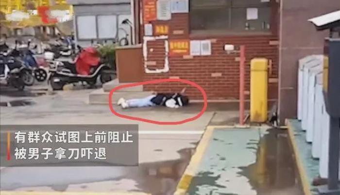 Người phụ nữ bị đâm tới tử vong ngay giữa phố, thái độ của những người xung quanh gây phẫn nộ Ảnh 2
