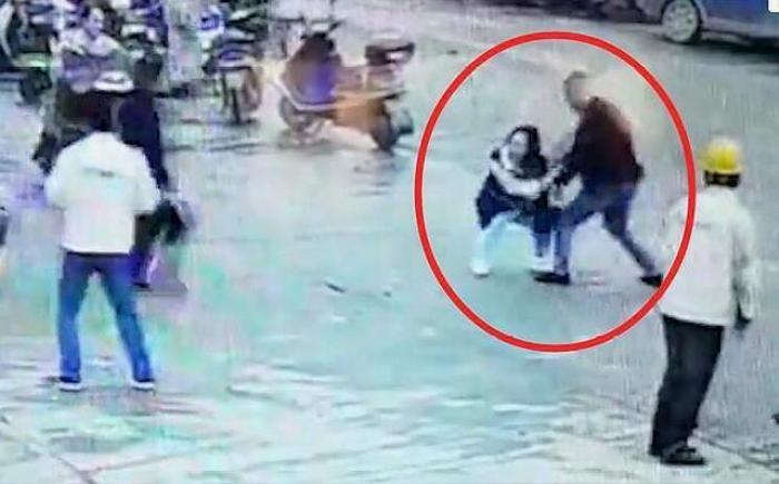Người phụ nữ bị đâm tới tử vong ngay giữa phố, thái độ của những người xung quanh gây phẫn nộ Ảnh 1