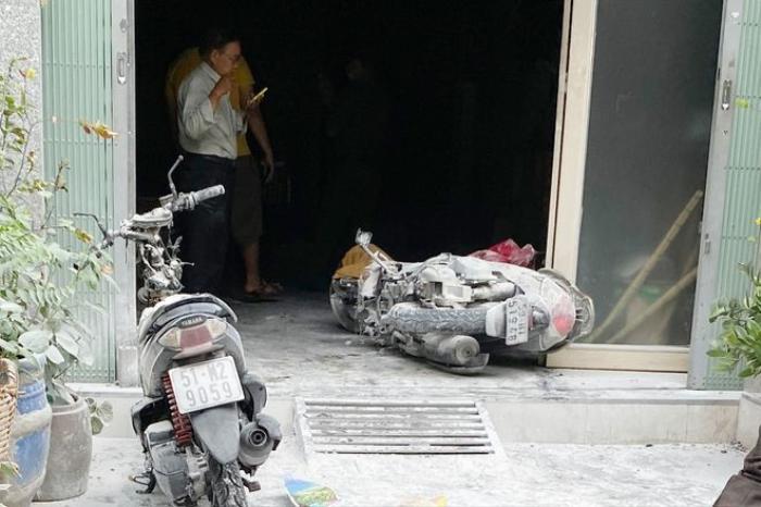 Người dân phá cửa khống chế đám cháy căn nhà 3 tầng ở TP.HCM Ảnh 2