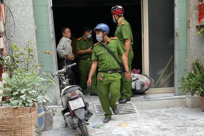 Người dân phá cửa khống chế đám cháy căn nhà 3 tầng ở TP.HCM Ảnh 1