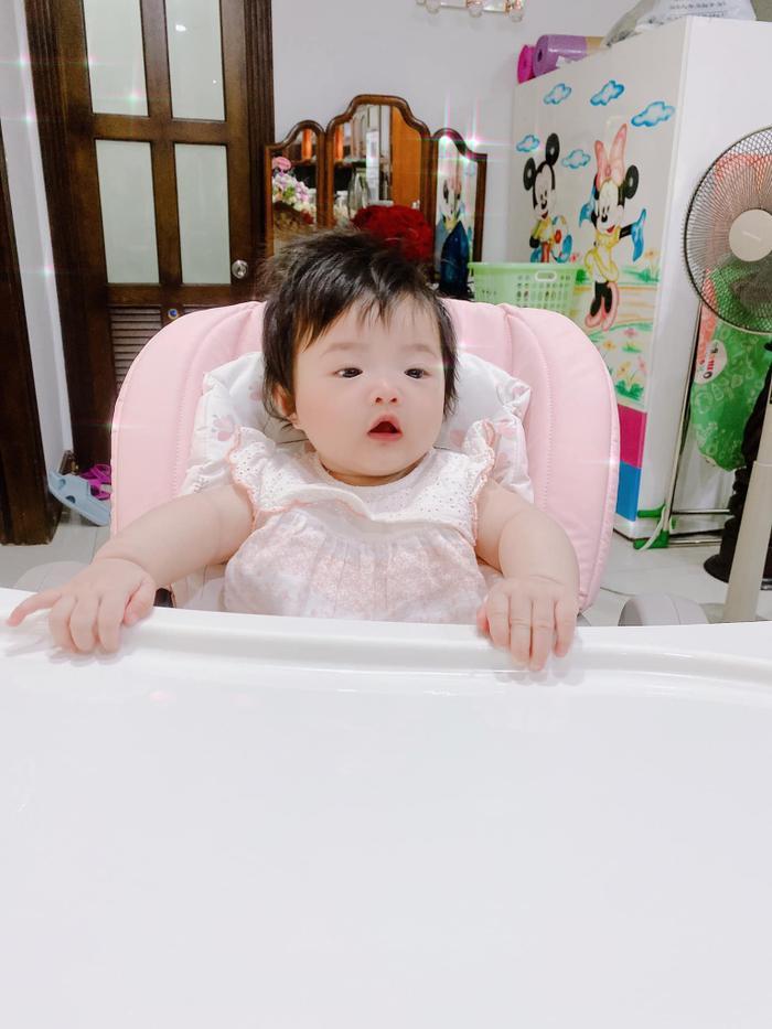 Đông Nhi 'chán ngán' vì con gái Winnie ham ăn: Biểu cảm 'nhất quyết no bụng' đáng yêu hết nấc! Ảnh 4
