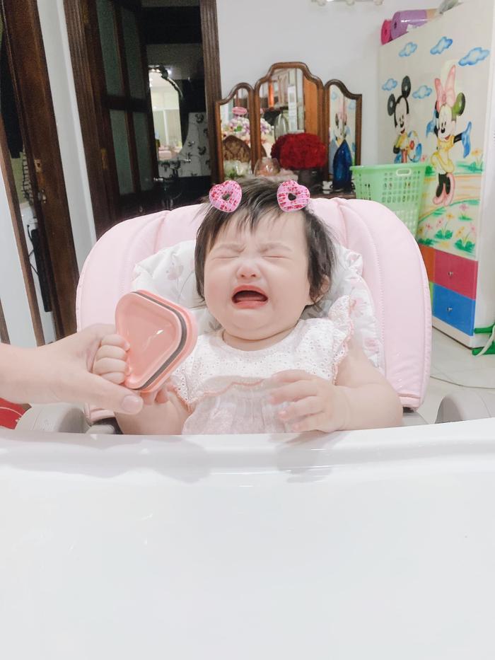Đông Nhi 'chán ngán' vì con gái Winnie ham ăn: Biểu cảm 'nhất quyết no bụng' đáng yêu hết nấc! Ảnh 8