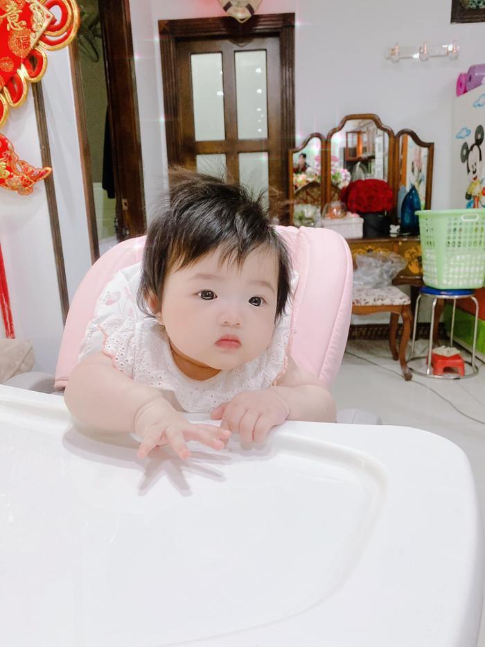 Đông Nhi 'chán ngán' vì con gái Winnie ham ăn: Biểu cảm 'nhất quyết no bụng' đáng yêu hết nấc! Ảnh 2