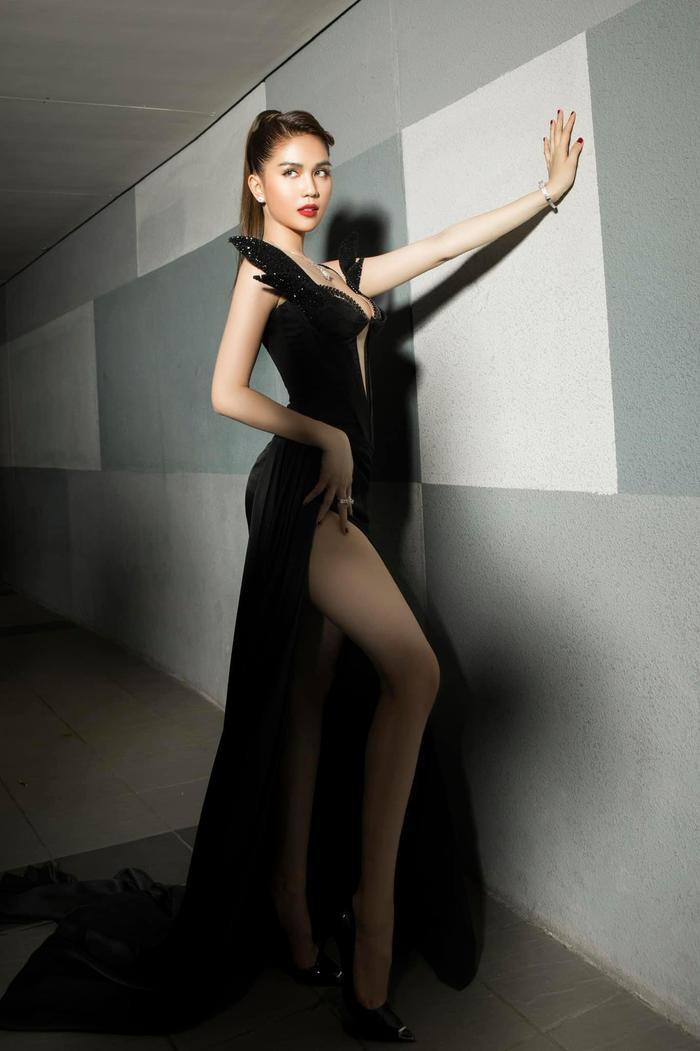Ngọc Trinh 'bùng nổ' sắc đẹp khi diện váy xẻ cao, khoe ngực đầy Ảnh 3