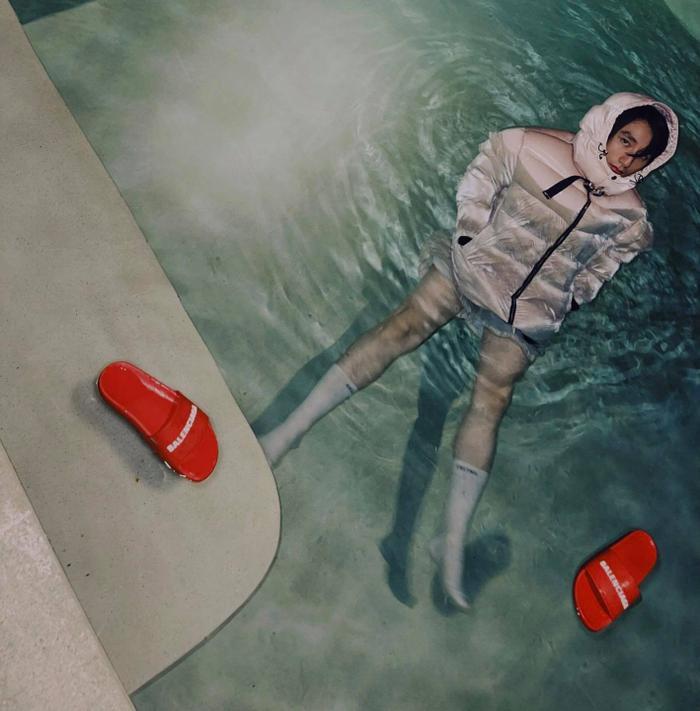 Lại đăng ảnh ngâm mình dưới nước giữa đêm, fan nửa 'khịa' nửa lo sức khỏe Sơn Tùng vì điều này Ảnh 1