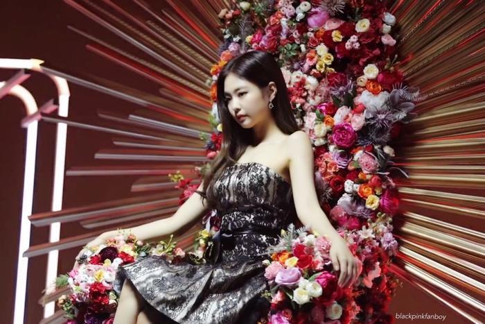 Chi Pu và 'liên hoàn phốt' đạo nhái: Hết mẫu nail giờ đến concept chụp ảnh của CL, Jennie? Ảnh 6