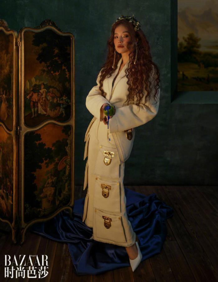 'Quả bom gợi cảm' Thư Kỳ đẹp như công chúa trong cổ tích trên bìa Harper's Bazaar Ảnh 4