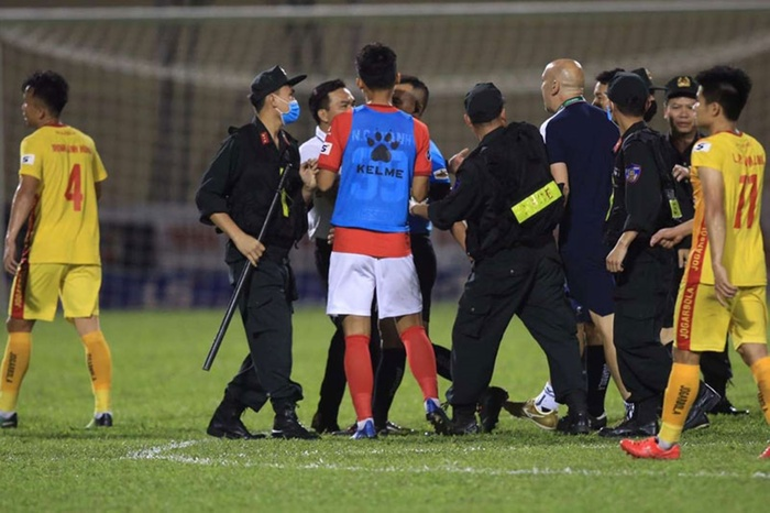 Cầu thủ và trợ lý CLB TP.HCM lao vào ăn thua đủ với trọng tài Ảnh 1