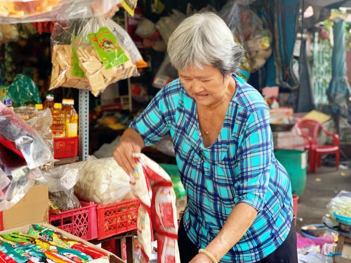 Về Chợ Lớn tìm kí ức tiệm chạp phô: Cả trời tuổi thơ gói gọn trong căn sạp nhỏ Ảnh 6