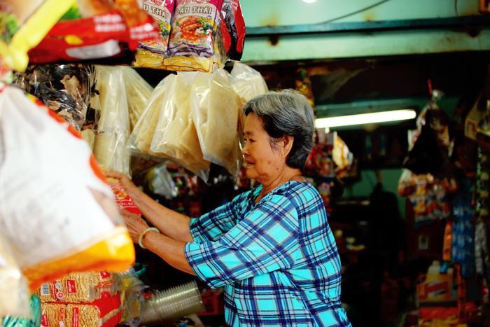 Về Chợ Lớn tìm kí ức tiệm chạp phô: Cả trời tuổi thơ gói gọn trong căn sạp nhỏ Ảnh 9