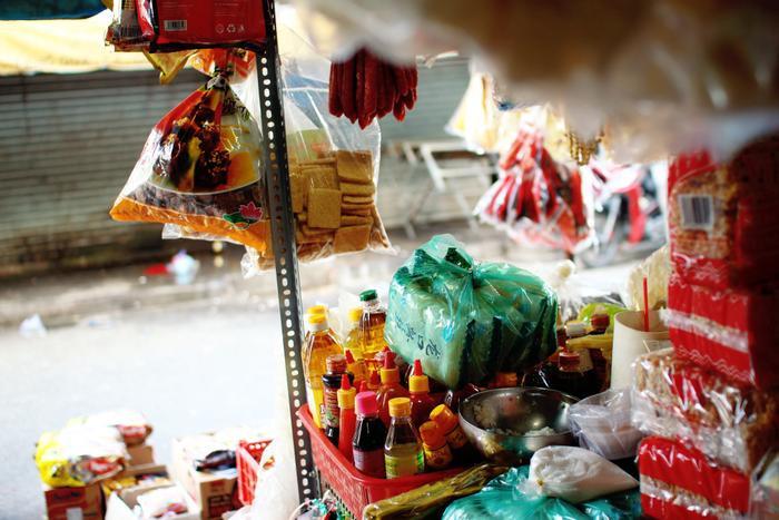 Về Chợ Lớn tìm kí ức tiệm chạp phô: Cả trời tuổi thơ gói gọn trong căn sạp nhỏ Ảnh 2