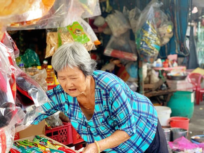 Về Chợ Lớn tìm kí ức tiệm chạp phô: Cả trời tuổi thơ gói gọn trong căn sạp nhỏ Ảnh 5