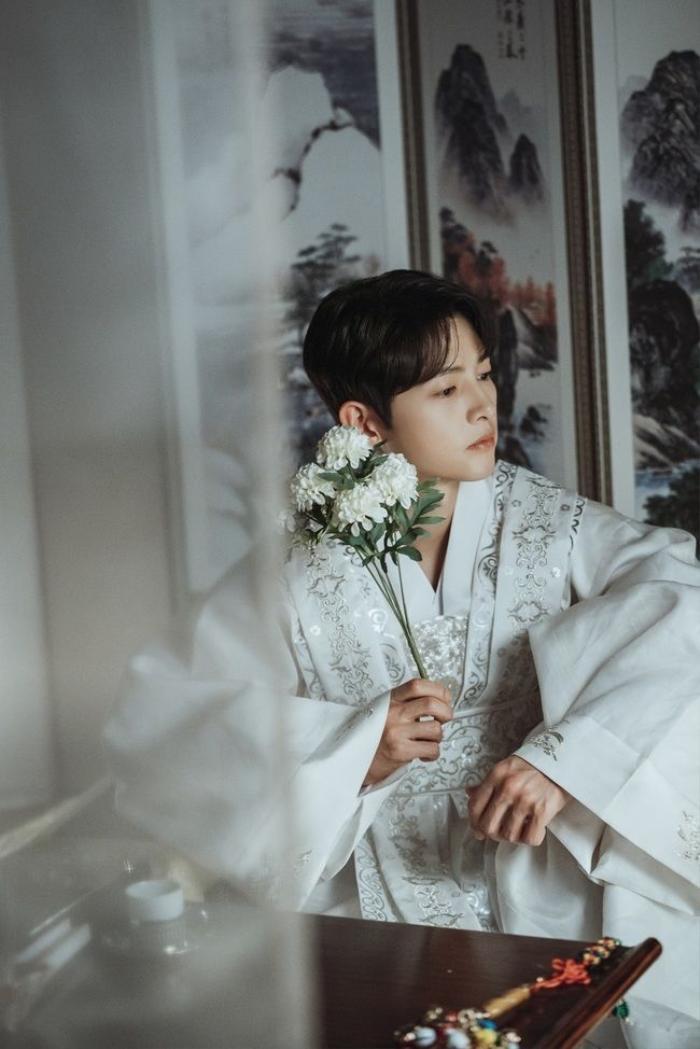 Song Joong Ki khoe nhan sắc đẹp như hoa ở tuổi 37, nên tái xuất với phim cổ trang như 'Sungkyunkwan' Ảnh 9
