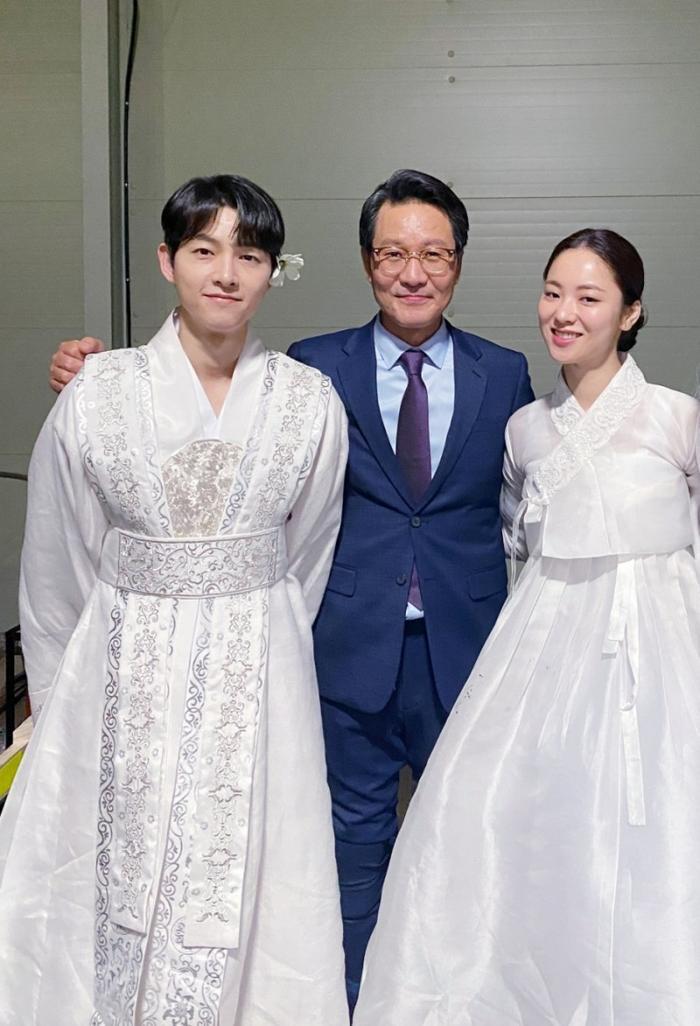 Song Joong Ki khoe nhan sắc đẹp như hoa ở tuổi 37, nên tái xuất với phim cổ trang như 'Sungkyunkwan' Ảnh 6
