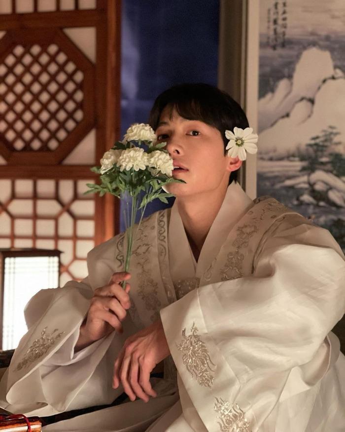 Song Joong Ki khoe nhan sắc đẹp như hoa ở tuổi 37, nên tái xuất với phim cổ trang như 'Sungkyunkwan' Ảnh 1
