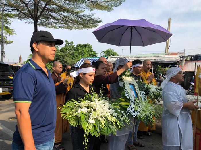 Nhiều sao Việt có mặt tại lễ tang nghệ sĩ Đức Lang, Hiếu Hiền thất thần trong thời khắc cuối cùng bên bố Ảnh 6