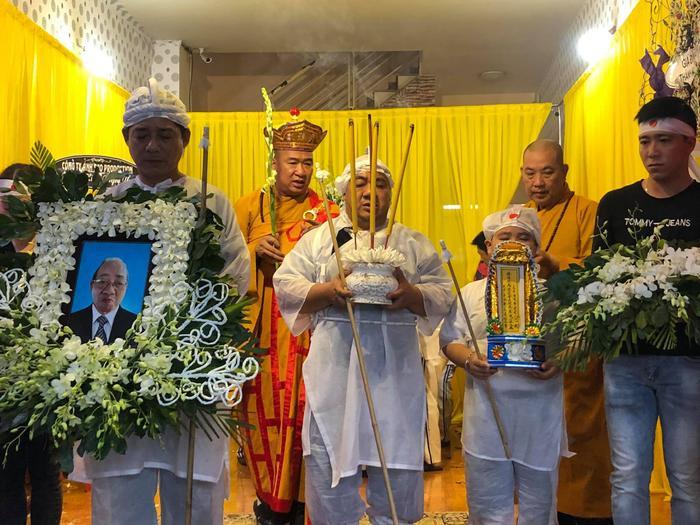 Nhiều sao Việt có mặt tại lễ tang nghệ sĩ Đức Lang, Hiếu Hiền thất thần trong thời khắc cuối cùng bên bố Ảnh 5