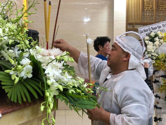 Diễn viên Hiếu Hiền khóc nghẹn bên linh cữu nghệ sĩ Đức Lang trong thời khắc cuối cùng ở cạnh bố Ảnh 11
